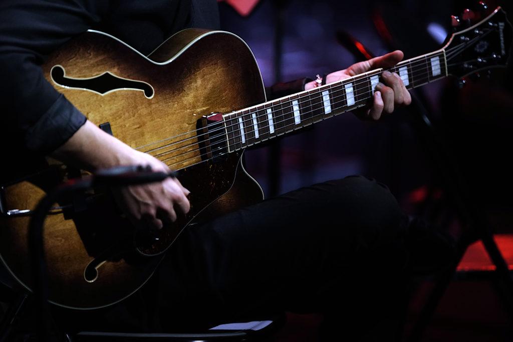 Photo de guitariste en concert Live par Jean François Casaurang, Photographe de groupes de musique et de Musiciens dans L'Hérault, le Gard, le Vaucluse et les Bouches du Rhône.